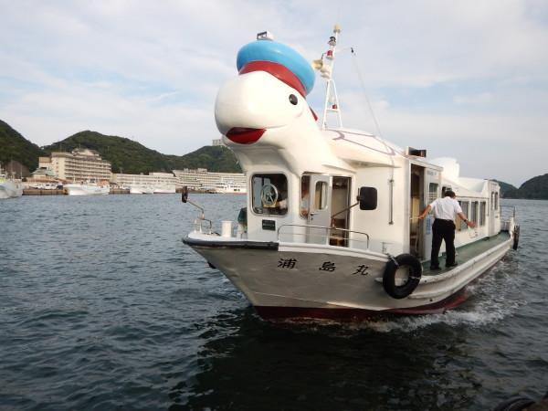 浦島温泉にて船で移動